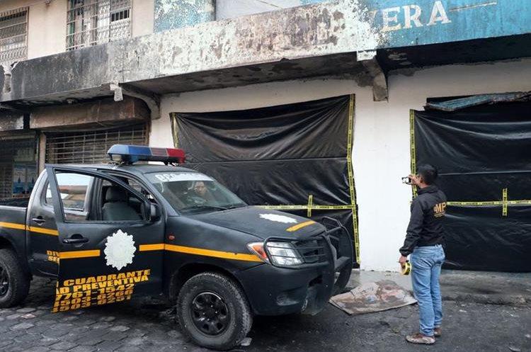 El pasado jueves 23 de noviembre un incendio en la venta de juegos pirotécnicos le causó la muerte al bombero Ciro Camey. (Foto Prensa Libre: Carlos Ventura)