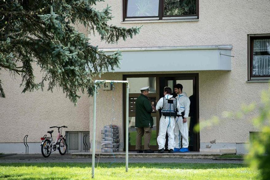 Oficiales foreneses hacen diligencias en el edificio donde se produjo el hallazgo. (Foto Prensa Libre: AFP).