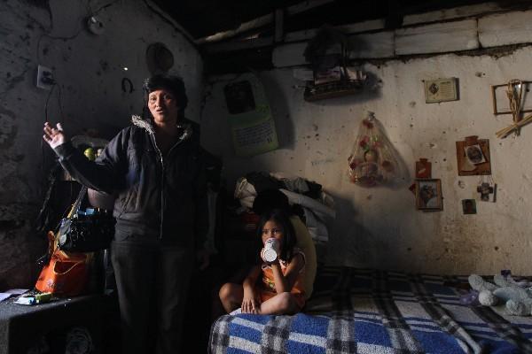 Íngrid sánchez, quien pese a que vive en una casa de adobe alienta a su hijo para que ayude, recibió la buena noticia de que le construirán una vivienda de block.
