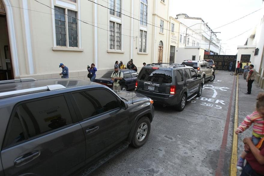 Ministros ingresan por el callejón Manchén a Casa Presidencial. (Foto Prensa Libre: ESbin García)