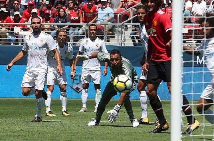 Keylor Navas observa el balón después de que Jesse Lingard rematara para colocar el 1-0 en favor del Manchester United. (Foto Prensa Libre: APF).