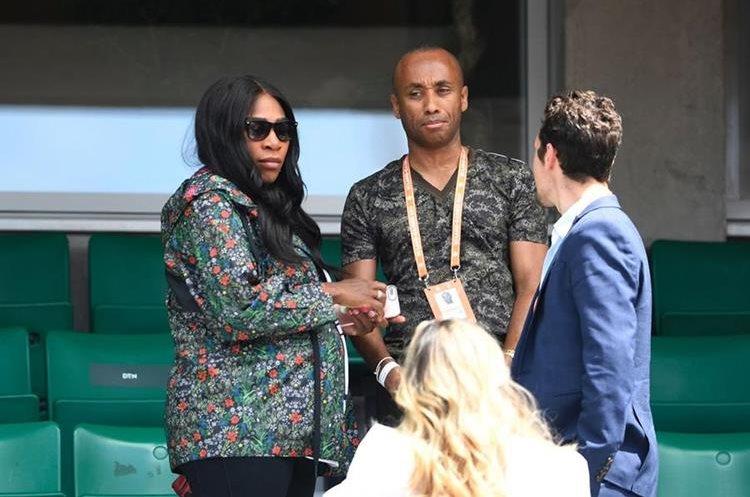 Serena Williams apoya desde las gradas a su hermana en el abierto de Roland Garros. (Foto Prensa Libre: AFP)