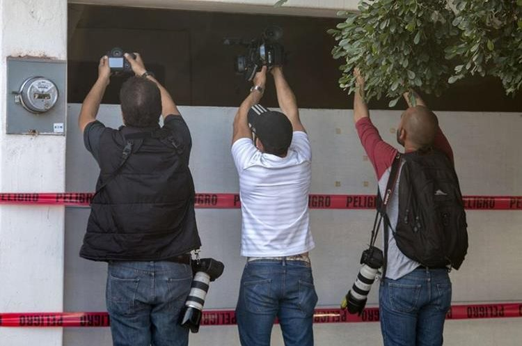 "Photographers take pictures and film the house where five gang suspects were killed in the military operation which resulted in the recapture of Joaquin ""El Chapo"" Guzman on January 8 in the city of Los Mochis, Sinaloa State, Mexico, on January 10, 2016. Mexican marines recaptured fugitive drug kingpin Joaquin ""El Chapo"" Guzman on January 8 in the northwest of the country, six months after his spectacular prison break embarrassed authorities. AFP PHOTO/HECTOR GUERRERO"