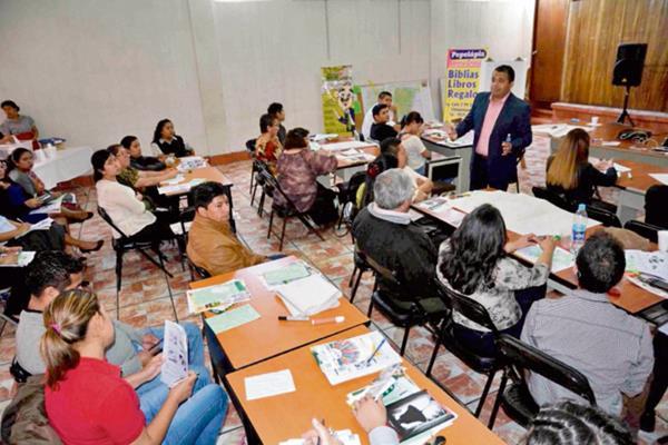Propietarios  de negocios de Chimaltenango participan en taller de capacitación. (Foto Prensa Libre: José Rosales)