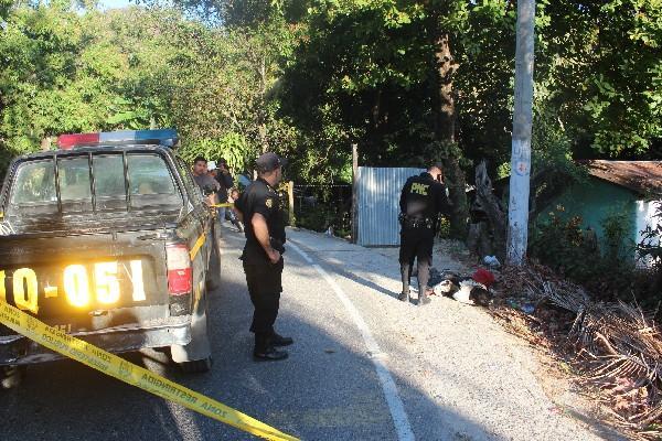 Un policía observa el  cadáver  de Esquivel.