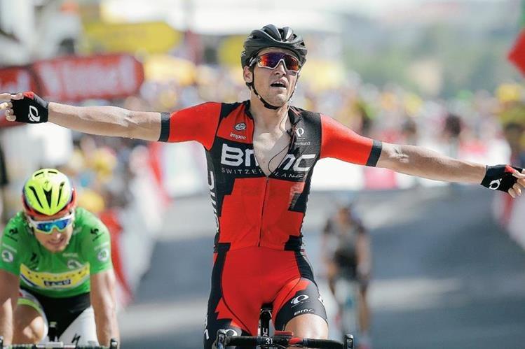 Greg van Avermaet levanta los brazos en señal de triunfo al ingresar a la meta. (Foto Prensa Libre: AFP)