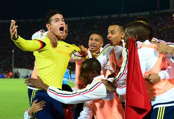 James celebra con sus compañeros el gol del empate de Colombia contra Chile. (Foto Prensa Libre: AFP)