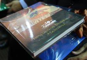 El libro de la historia del café tiene un costo de Q400 para socios y Q600 para no-socios. Además lo venden en librerías Sophos y De Museo. (Foto Prensa Libre: Álvaro Interiano)