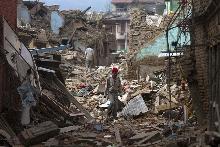 Un hombre camina en medio de los escombros que dejaron los dos terremotos de más 7 grados Richeter. (Foto Prensa Libre: EFE).