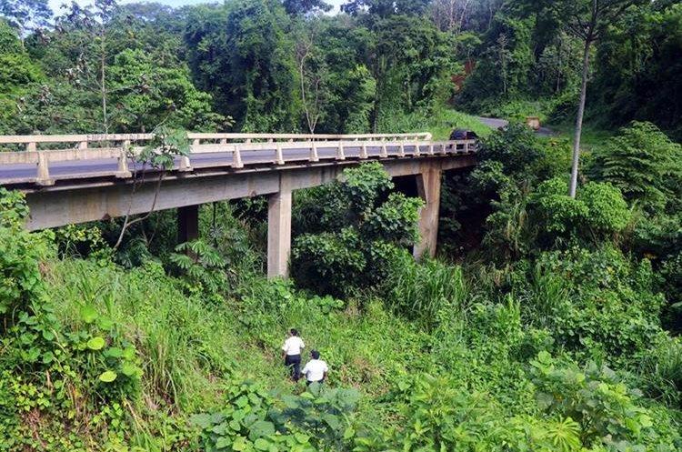 Una grieta se formó en el puente Carmen de Mirón en Retalhuleu. (Foto Prensa Libre: Rolando Miranda)