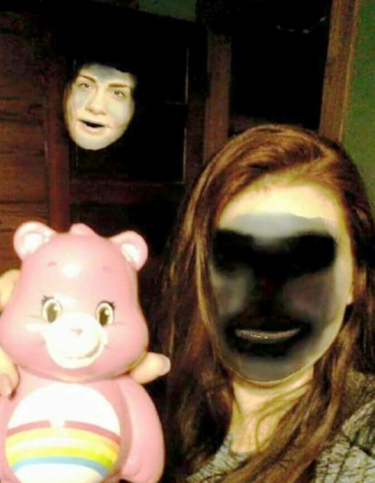 La usuaria Jenna May Cobb compartió esta imagen en donde explica que intentó intercambiar el rostro (función de los filtros en Snapchat) con su oso de peluche, para su sorpresa, el cambio lo hizo con una sombra.