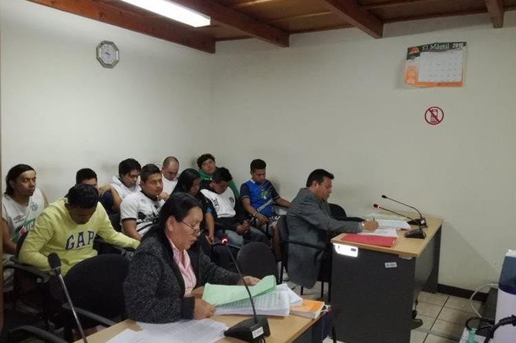 Algunos de los aficionados cremas durante la audiencia de primera declaración, en el Juzgado de Primera Instancia Penal de Antigua Guatemala. (Foto Prensa Libre: Miguel López)