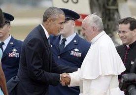 El presidente Barack Obama y su familia recibieron al Papa en la base aérea Andrew de Washington.