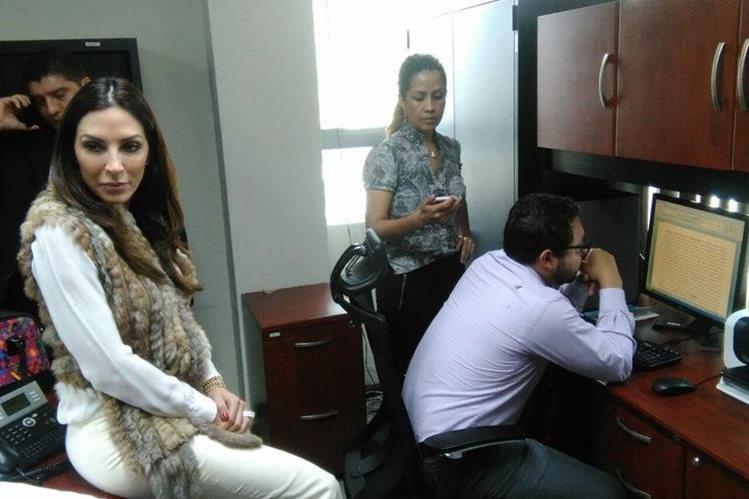 Alejandra Gordillo -d- exigió documentación a Melanie MÜller para darle posesión del cargo. (Foto: Estuardo Paredes)
