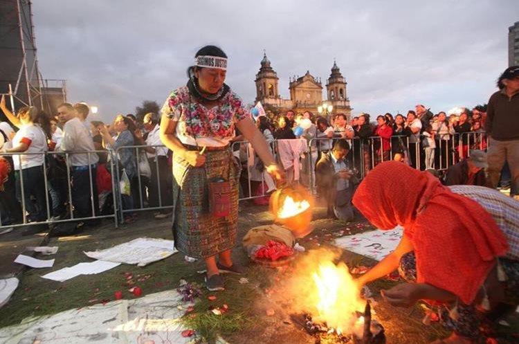 ¡Exigimos justicia! es la denuncia de los guatemaltecos en la Plaza de la Constitución.