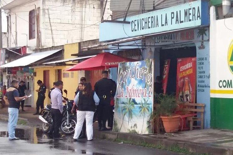 Cevichería donde fueron asesinados dos hombres en la zona 1 de Chimaltenango. (Foto Prensa Libre: Víctor Chamalé).