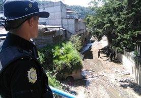 La Policía Nacional Civil acordonó el área en busca de evidencia, luego del ataque contra un agente. (Foto Prensa Libre: Estuardo Paredes)