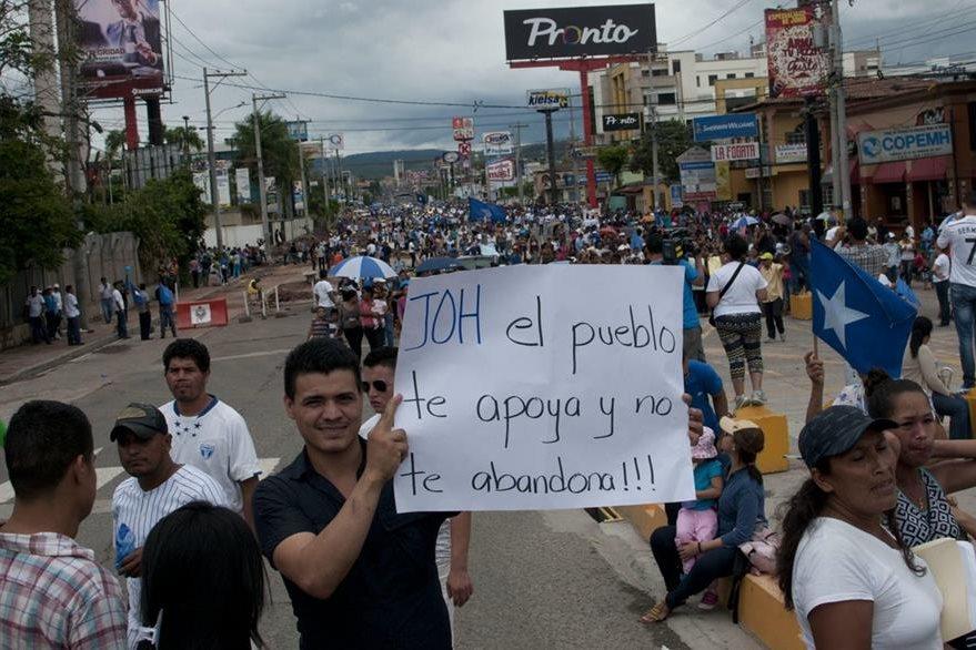 Simpatizantes muestran su respaldo al presidente hondureño, cuyo partido recibió fondos desviados del Seguro Social, según lo admitió el mismo mandatario la semana pasada. (Foto Prensa Libre: EFE).