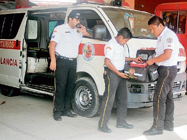Socorristas de la estación de La Libertad, Petén,  preparan equipo para atender una emergencia.