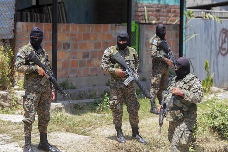 Agentes de la Fuerza Armada salvadoreña vigilan las afueras de una cárcel en Quezaltepeque, 25 kilómetros al noroeste de San Salvador. (Foto Prensa Libre: EFE).