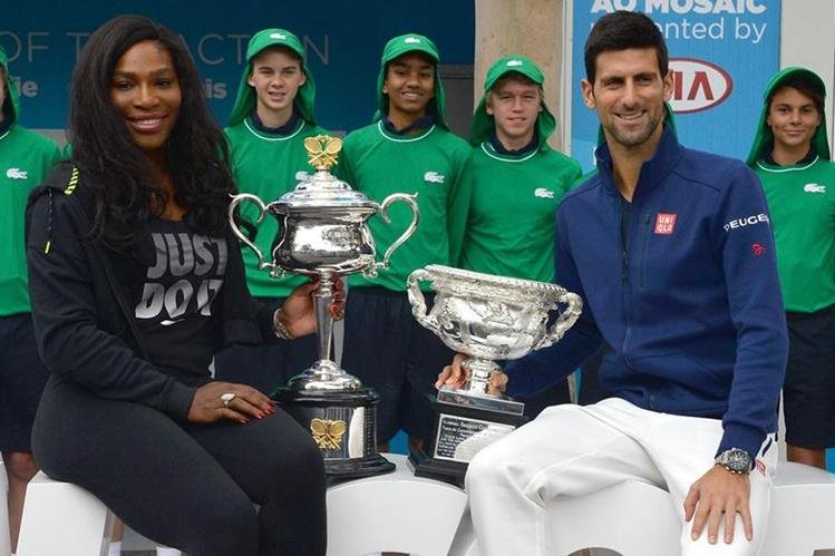 Serena Williams y Novak Djokovic posan con los trofeos que ganaron el año pasado en Australia. (Foto Prensa Libre: AFP)