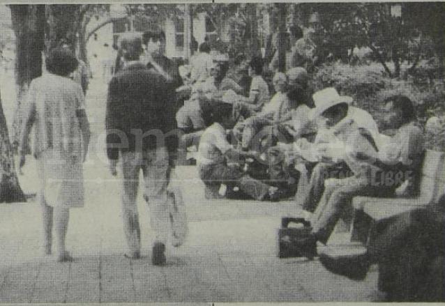 """En el peladero del Parque Centenario se debatían los grandes temas de la política, en ese tiempo se decía que los lustradores eran """"buenos informantes"""". (Foto: Hemeroteca PL)"""