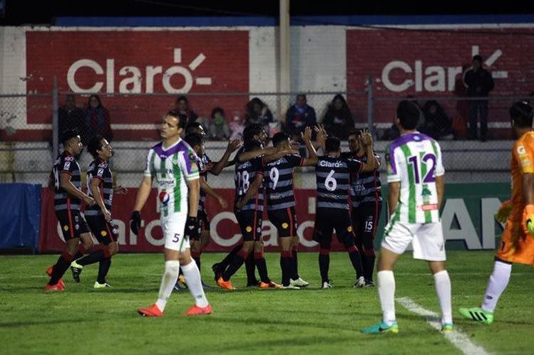 Los jugadores de Xelajú MC tuvieron un partido tranquilo. (Foto Prensa Libre: Carlos Ventura)