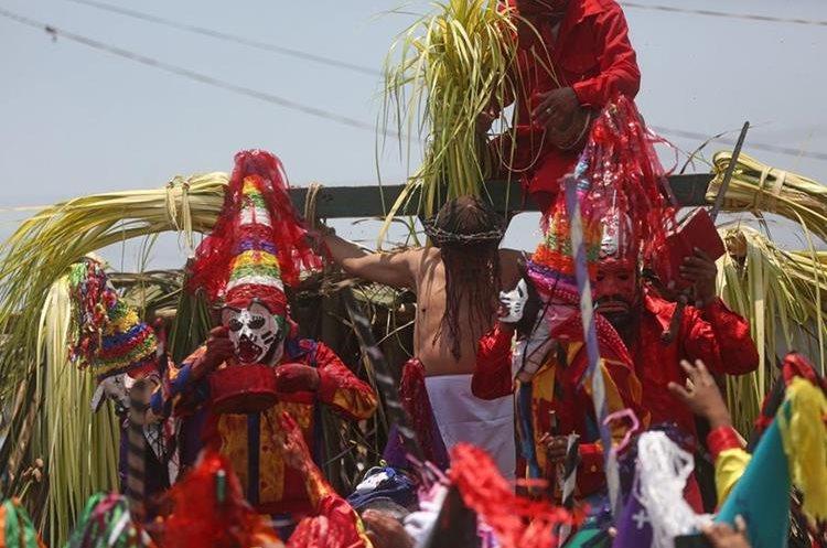 Judíos crucifican a Jesús en la aldea Chocolá, Suchitepéquez. (Foto Prensa Libre: EFE)