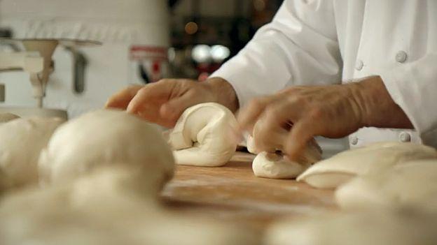 Hay que amasar para no dejar escapar el gas que creará burbujas y hará que el pan sea esponjoso.