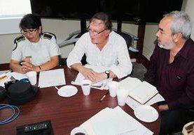 Carlos Cámbara, presidente de la JED de Jutiapa, -al centro- informa respecto de las amenazas que han recibido. (Foto Prensa Libre: Óscar González)