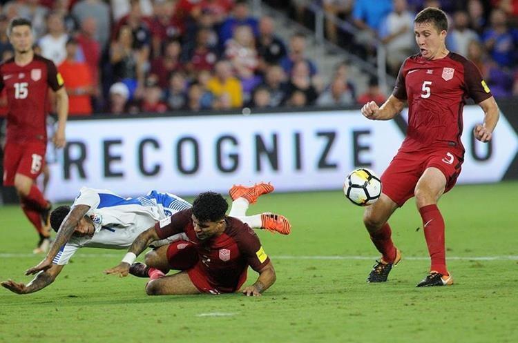 Alberto Quintero, de Panamá, y DeAndre Yedlinde (c) y Matt Besler (d) de Estados Unidos disputan el balón.