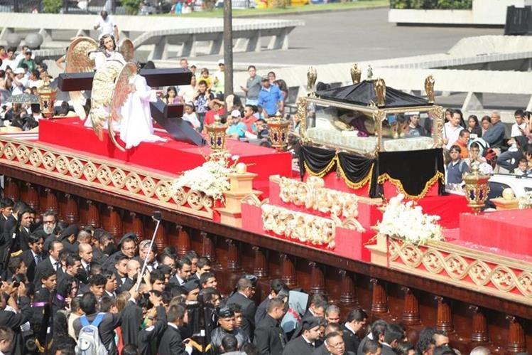 El Cristo del Amor durante uno de sus cortejos de Viernes Santo en el Centro Histórico. (Foto Prensa Libre: Óscar Rivas)