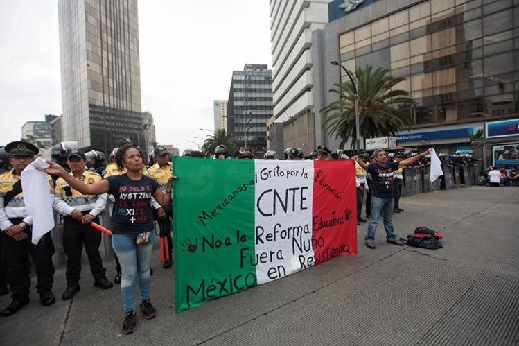 Integrantes de la Coordinadora Nacional de Trabajadores de la Educación de México mantienen huelga indefinida. (Foto Prensa Libre: EFE).