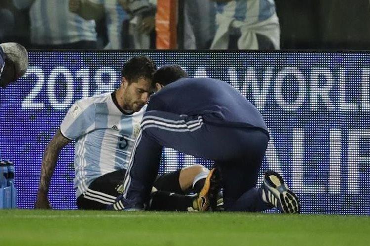 Fernando Gago se lesionó en el partido que Argentina empató en casa contra Perú. (Foto Prensa Libre: Hemeroteca)