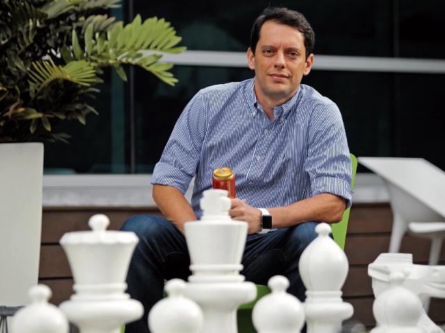 Sandro Freitas de Assis es el director general de Ambev Centroamérica, posee 19 años de experiencia dentro de la compañía. (Foto Prensa Libre: Carlos Hernández)