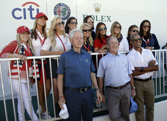 Los expresidentes de EE. UU. Bill Clinton, (izquierda), George Bush, (centro) y Barack Obama comparten la Copa Presidente de Golf. (Foto Prensa Libre: AP)