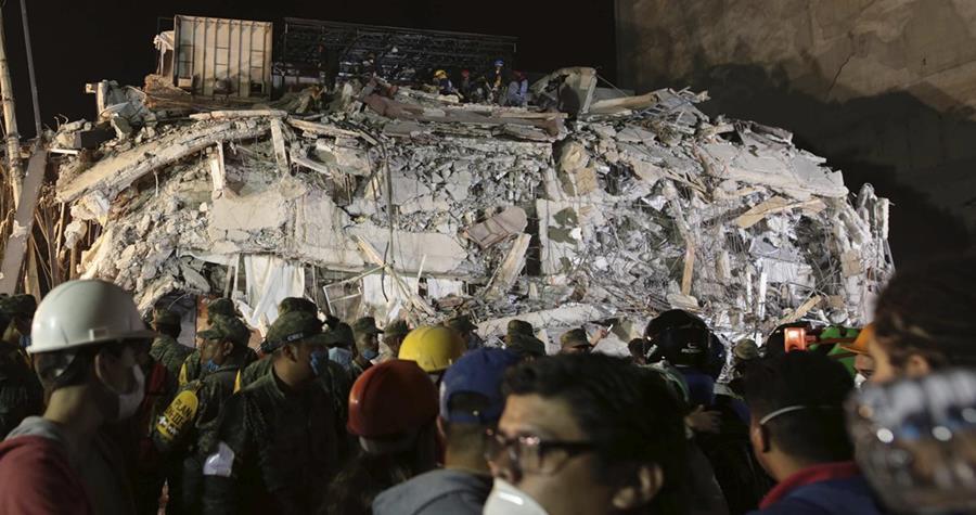 Brigadistas y voluntarios, continúan intentando rescatar a personas con vida de los edificios colapsados.(EFE).