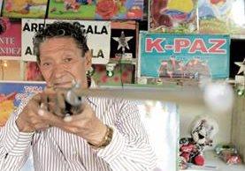 Gumercindo Mérida, tiene 87 años; desde la década de 1940 trabaja en las ferias del país y atiende su puesto de tiro desde 1950.