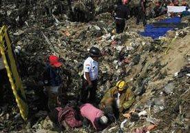 Deslizamiento soterra a varias personas, tres muertos en el lugar.