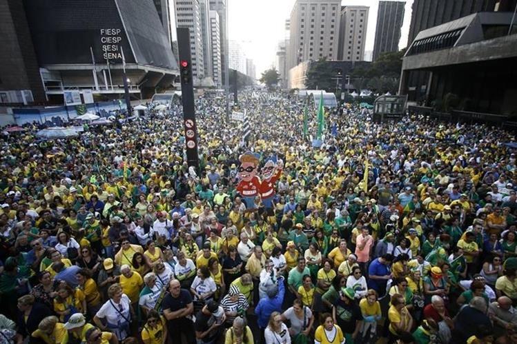 Miles de brasileños copan las calles de Sao Paulo para pedir que Dilma Rousseff sea destituida definitivamente de la presidencia. (Foto Prensa Libre: AFP).