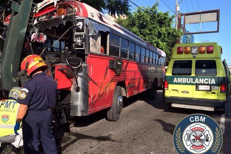 Un bus de la ruta 40R colisionó contra una pasarela, lo que causó heridas a 25 pasajeros. (Foto Prensa Libre: Bomberos Municipales)