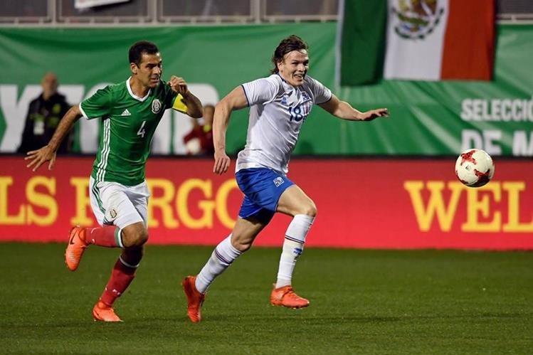 Rafa Márquez (izquierda), durante el partido de México contra Islandia. (Foto Prensa Libre: AFP)