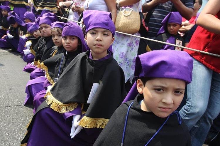 Los niños portaron su uniforme morado con negro, características del templo josefino.