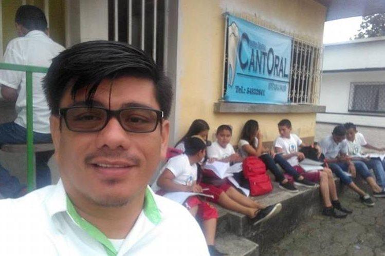 Maestro Boris Martínez Tobar capta una selfi junto a sus alumnos en la supervisión educativa de Los Amates, Izabal. (Foto tomada de Facebook)