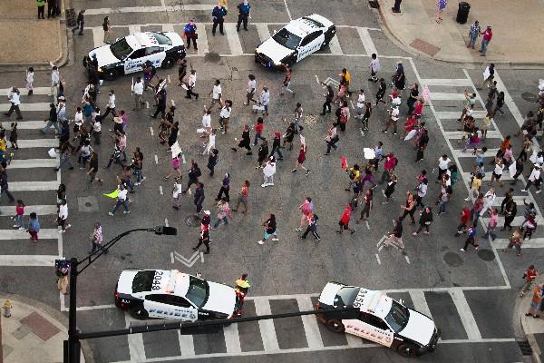 Los manifestantes marchan durante una manifestación en el centro de Dallas. (AP).