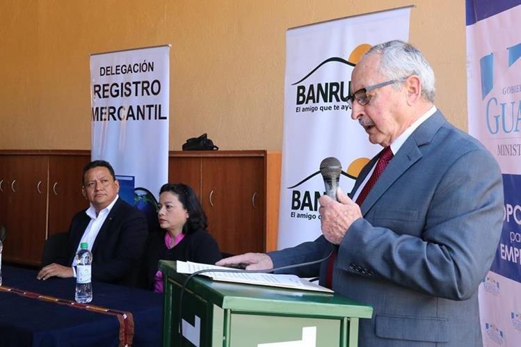 Rodrigo Valladares, registrador mercantil, participa en la inauguración de la sede departamental de esa institución en Antigua Guatemala. (Foto Prensa Libre: Julio Sicán)