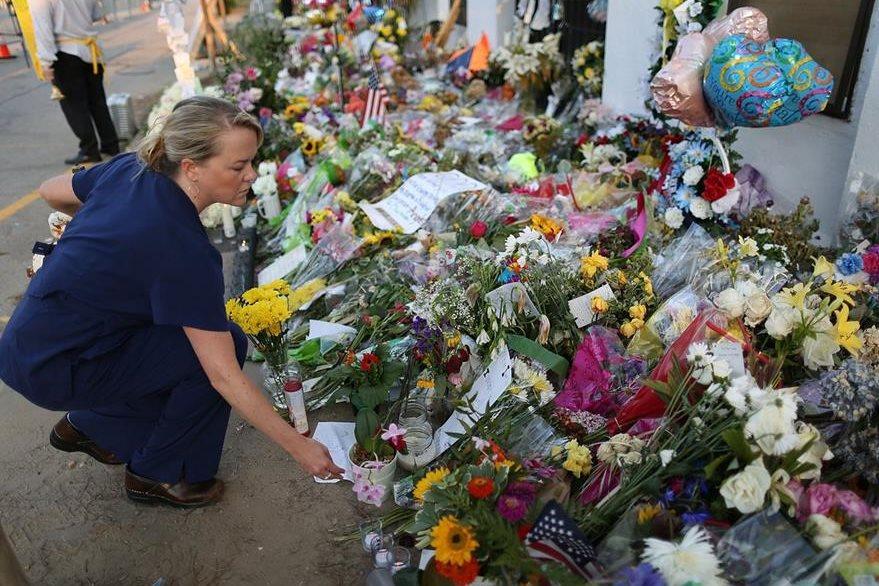 Una ciudadana deja flores en el lugar donde ocurrió la masacre la semana pasada en una iglesia metodista de Charleston, (Foto Prensa Libre: AFP).