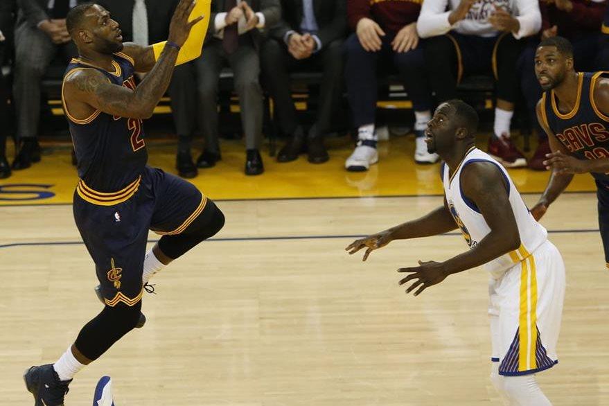 LeBron James fue una de las claves de Cleveland en el duelo. (Foto Prensa Libre: EFE)