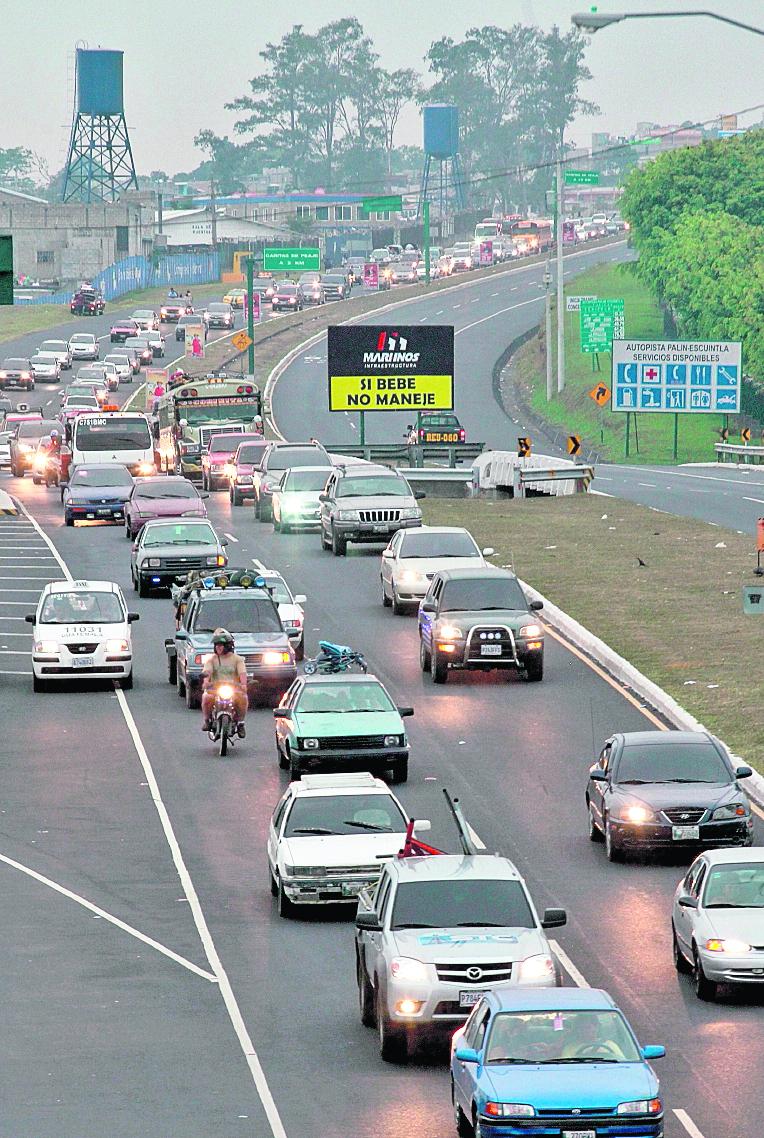 Largas filas de vehículos se registran todos los años en la ruta al suroccidente. (Foto Prensa Libre: Hemeroteca PL)