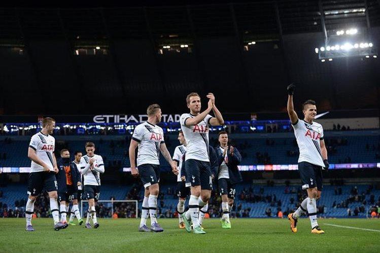 Los jugadores del Tottenham saludan a sus aficionados. (Foto Prensa Libre: AFP)